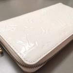 【ルイヴィトン】ヴェルニ 黒ずみの目立つ財布をエナメル再生修理