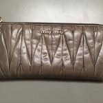 財布の黒ずみや色あせはクリーニングと補色でキレイに修理致します