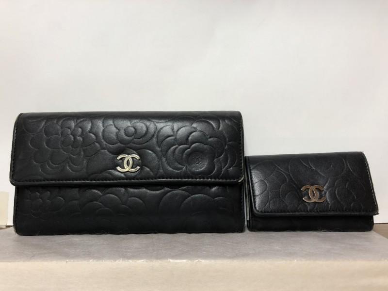 1db71c554269 まずは修理前の状況です。財布とキーケースがありますが、どちらもシャネルのカメリアです!